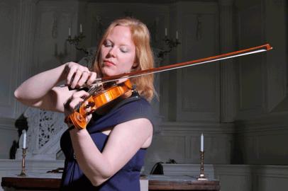 Oude kerk van Rotterdam met violist Alisa van Dijk